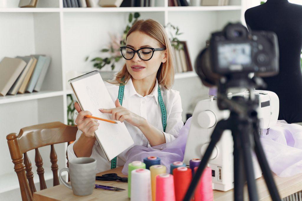 Жена показва на камерата, какво прави бизнесът и